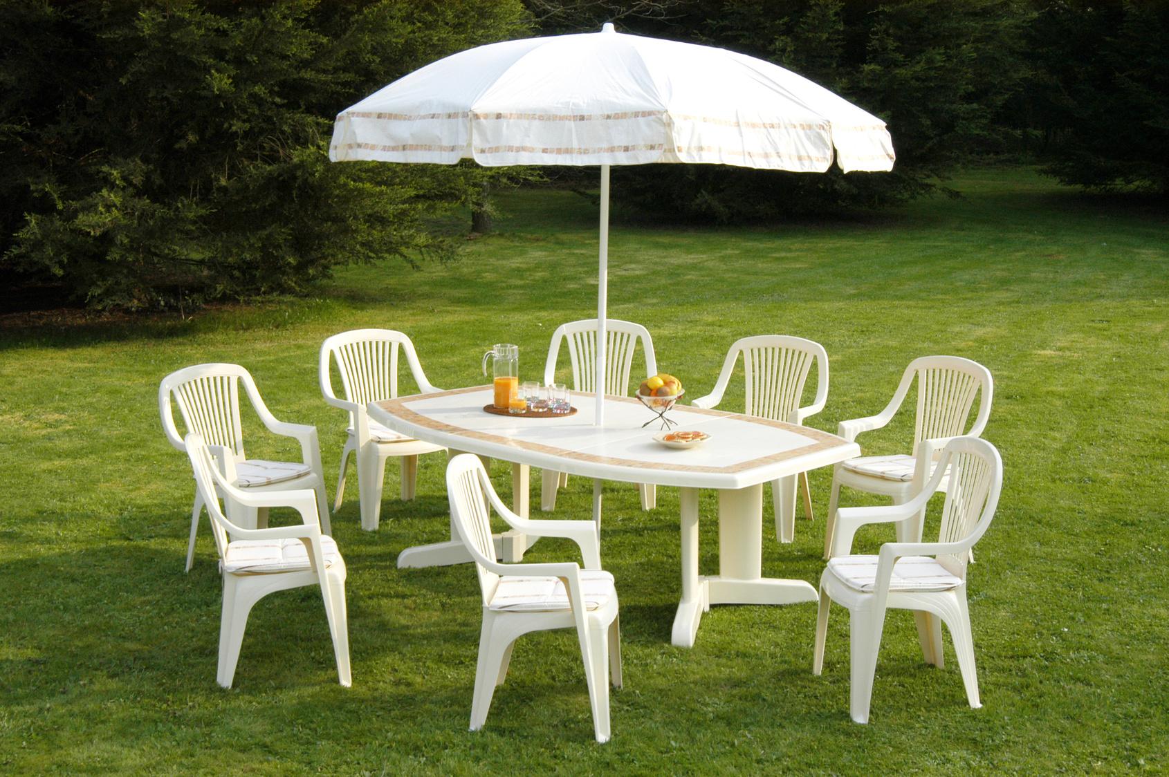 Entretenir son mobilier de jardin en teck, bois et plastique