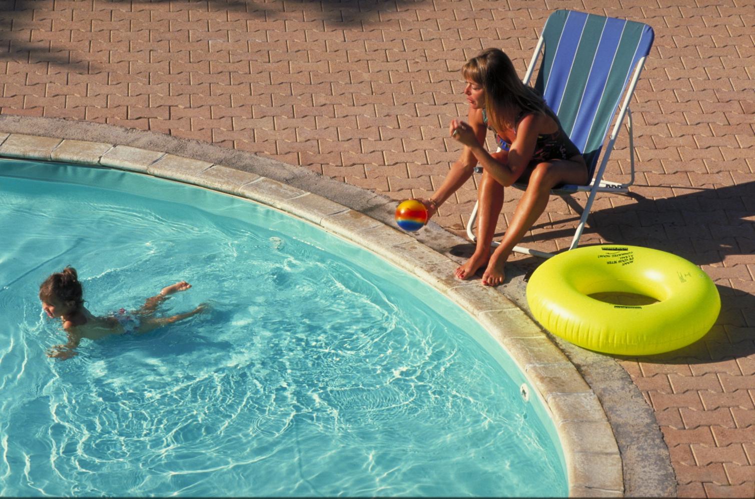 installer une piscine le co t la construction et d. Black Bedroom Furniture Sets. Home Design Ideas
