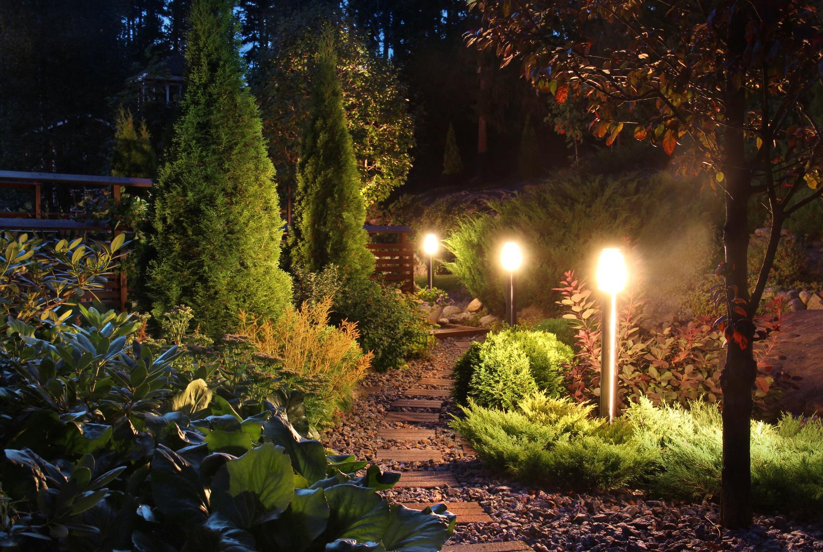 eclairage de jardin passez des soir es lumineuses. Black Bedroom Furniture Sets. Home Design Ideas