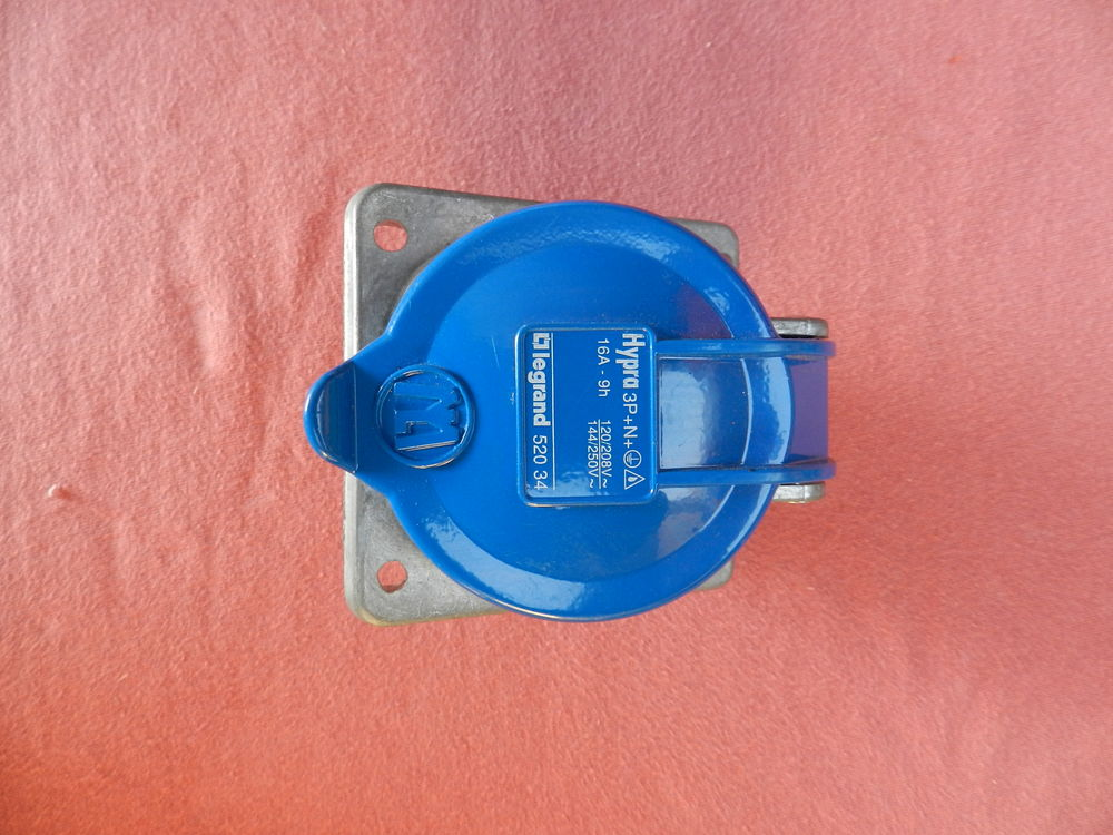 Réf 52034 LEGRAND SOCLE TABLEAU HYPRA IP44 3P+N+T 16A 30 Vouel (02)
