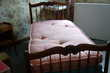 Lit 90x190 en merisier massif et la table de nuit assortie. Meubles