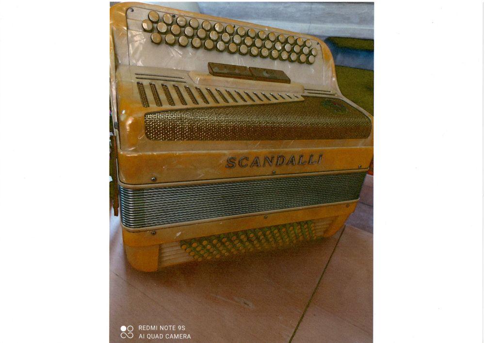 accordéon chromatique de marque SCANDALLI nacré. 850 La Roquebrussanne (83)