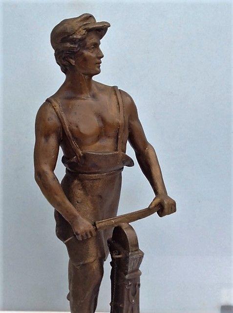 Aiguiseur - Art Déco - Belgique - 37 cm. Zamac - personnage  130 Mortain (50)