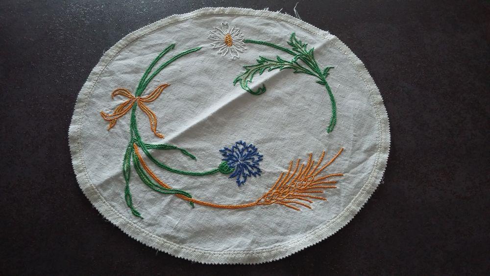 Ancien napperon brodé main (diamètre 26 cm) 3 Sourcieux-les-Mines (69)