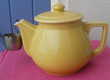 Ancienne theiere jaune porcelaine avec passe thé