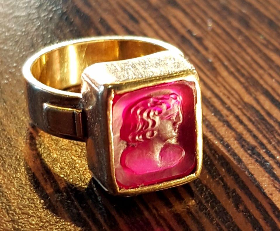 Anneau OR 18-20k avec rubis gravé en medaillon style antique Bijoux et montres