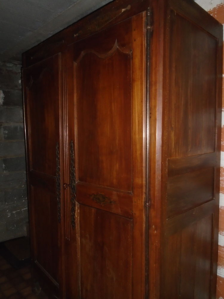 armoire ancienne , 150 Sainte-Verge (79)