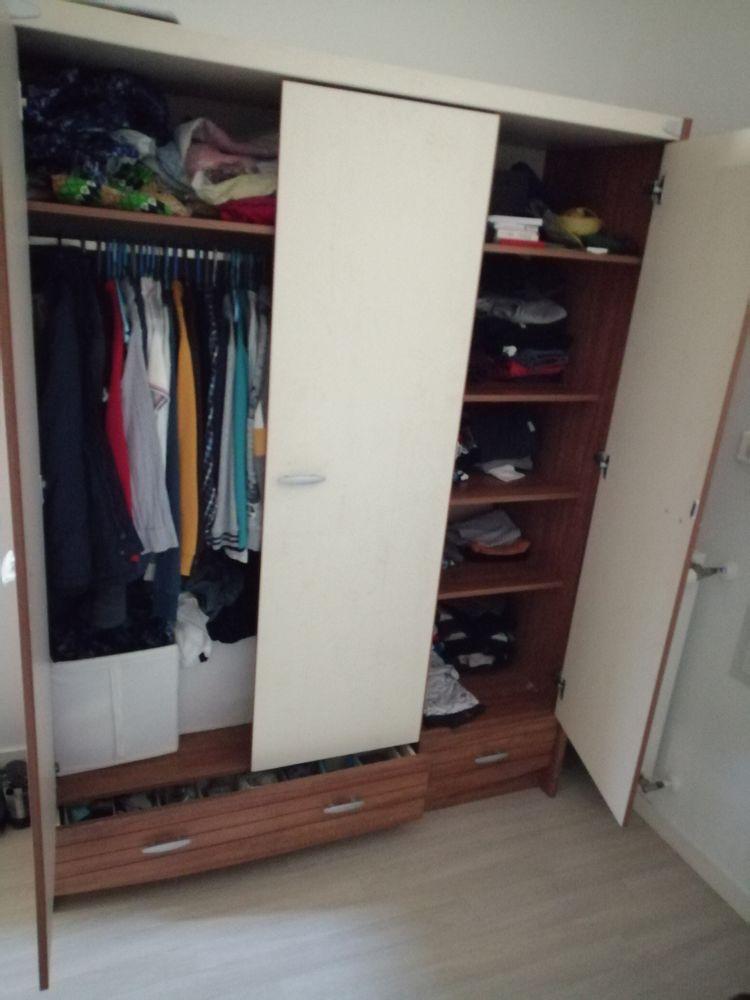 une armoire à 3 portes plus 2 lits d'une place chacun.  250 Les Ponts-de-Cé (49)