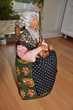 Artisanat Dordogne. Poupée argile sur sa chaise.