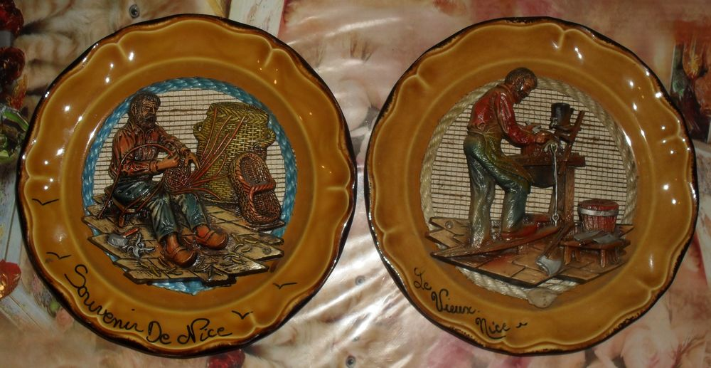 Lot de 2 Assiettes murales en relief vieux métiers 25 Montreuil (93)