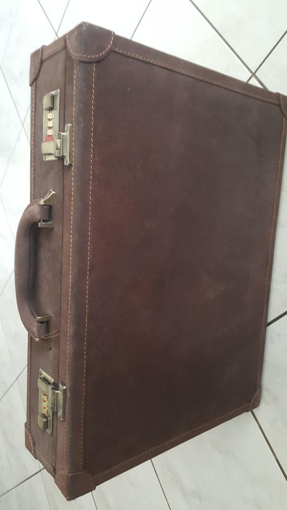 Attaché case davits tout cuir vintage 1980 neuf j servi.  70 Villeurbanne (69)