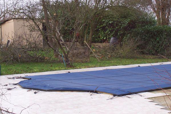 achetez bache de piscine d occasion annonce vente saint bernard 21 wb149051899. Black Bedroom Furniture Sets. Home Design Ideas