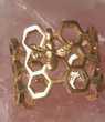 bague anneau de nid d'abeille avec l'abeille minuscule
