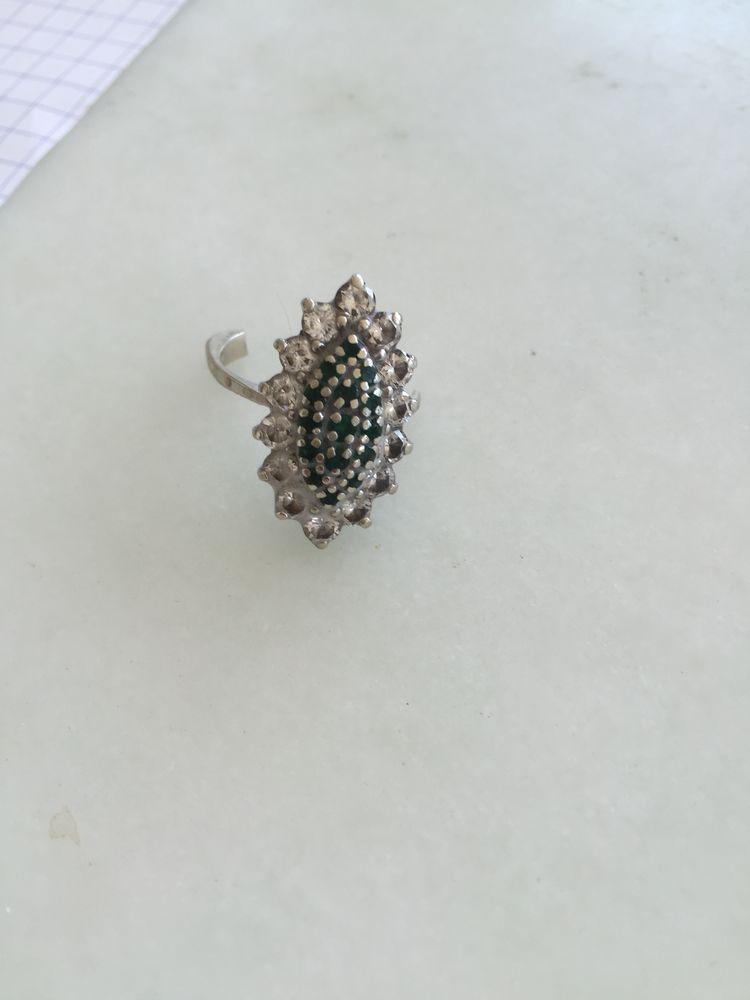 bague diamants et émeraudes purs.  Prix 11000€ Bijoux et montres