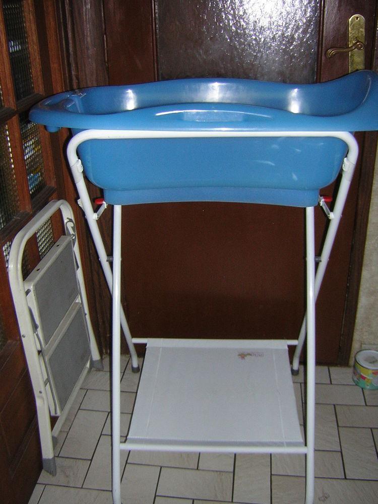 baignoire bébé avec support de  baignoire ; BABYMOVV 25 Pontault-Combault (77)