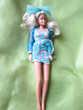 Barbie blonde  ,avec une très belle robe couleur bleue fleur