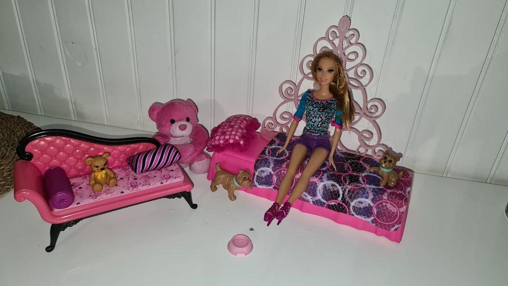 Barbie dans sa chambre avec c'est petits chiens 45 Sorgues (84)