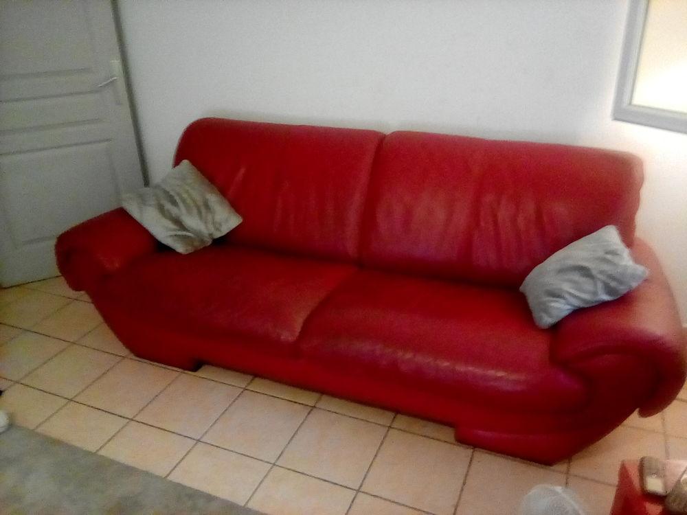 Beau canapé en cuir rouge 4 places . 145 Nîmes (30)
