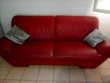 Beau canapé en cuir rouge 4 places . Meubles