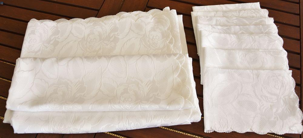 BECQUET. Nappe 2m40 blanche damassée fleurie avec serviettes 20 Gujan-Mestras (33)