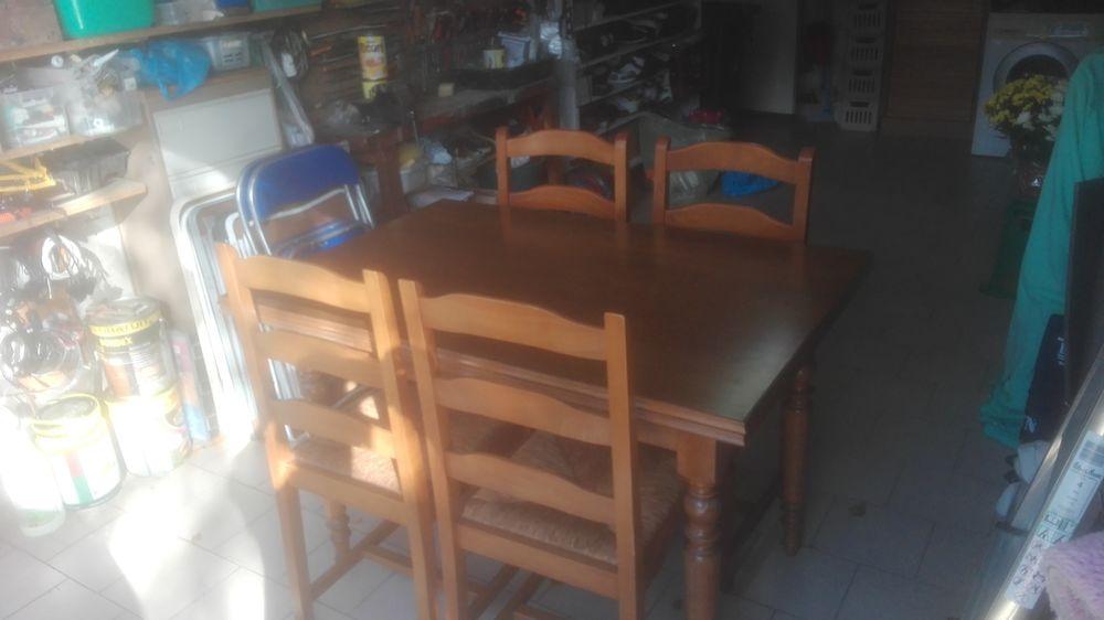 Belle table avec ses 4 chaises.  80 Bouguenais (44)