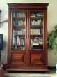 Bibliothèque bois verni, vitrée, cadre sculpté, parfait état