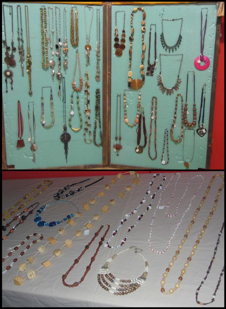 Lot de bijoux plus présentoirs (prix négociable) 470 Fleurieu-sur-Saône (69)