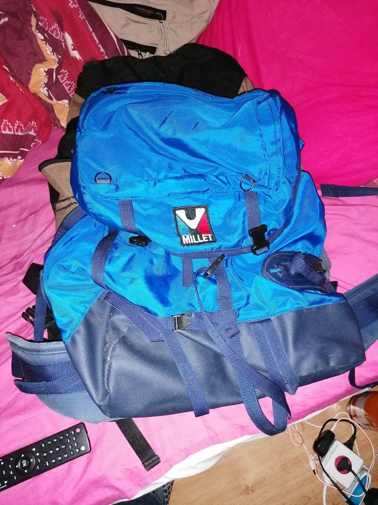 sac à dos bleu 30 euros. sac marron noir à 50 euros Sports