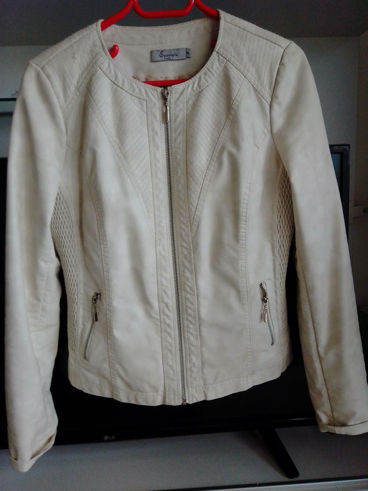Blouson blanc cassé en polyester, ( belle imitation peau ), 20 Saint-Raphaël (83)