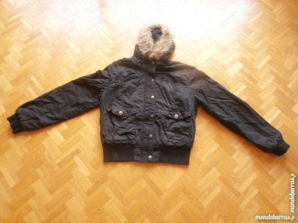 Blouson noir capuche  fourrure  (49) 15 Tours (37)