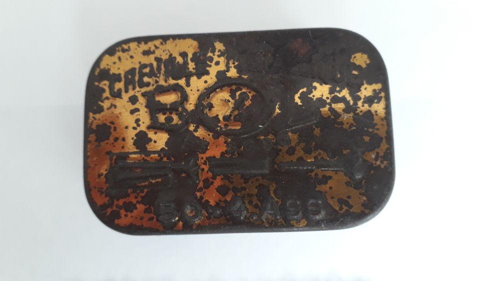 Boite ancienne à chevilles métalliques