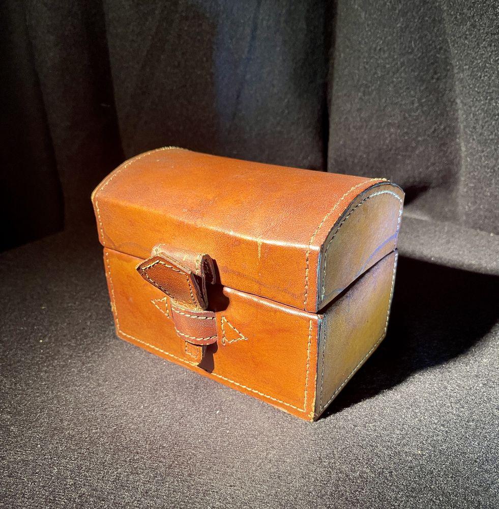 Boîte à bijoux en bois recouverte de cuir  0 Aulnay-la-Rivière (45)