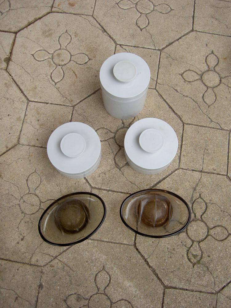 3 Boites en bakélite gris + 2 porte savons en verre marron 15 Uzès (30)