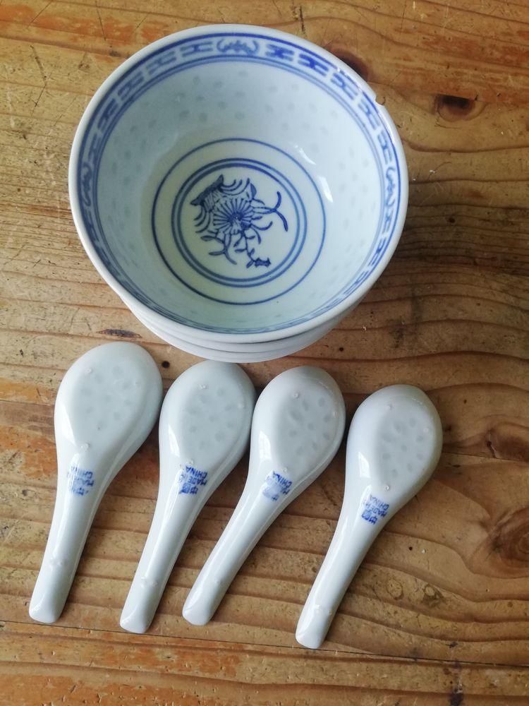 Lot de 4 bols chinois en porcelaine avec leur cuillères. Cuisine