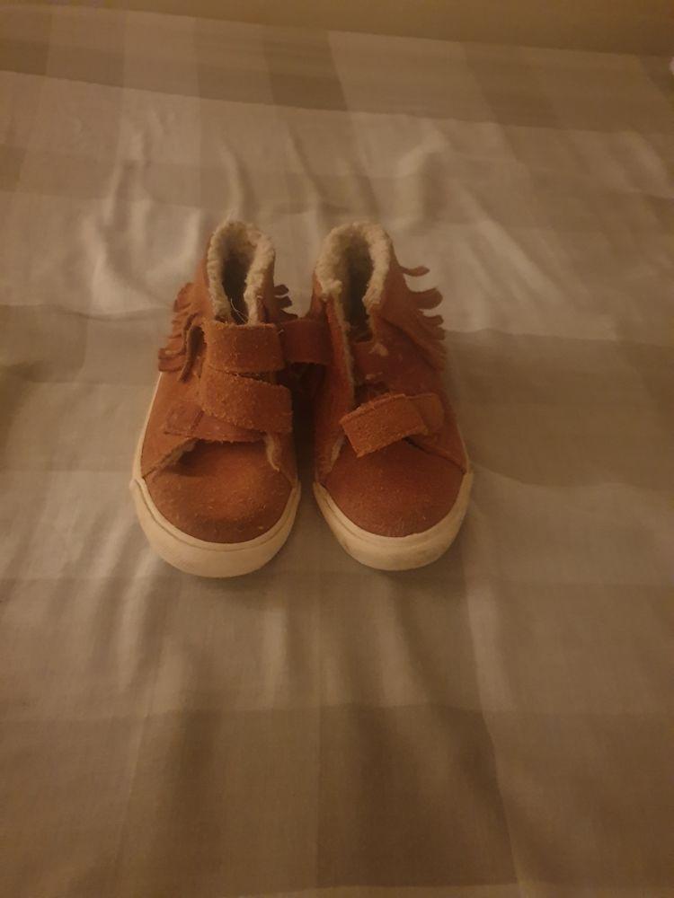 bonjour je une paire de chaussure pour bébé taille 20 noir cuir timberland 50 euro chausson crocodile vert 8 euros et une paire de chaussure marron a scratch 5 euros 63 Villiers-le-Bel (95)
