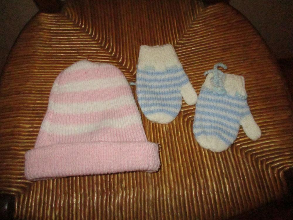 un bonnet rose et blanc et une paire de moufles blanc/ bleu 0 Mérignies (59)