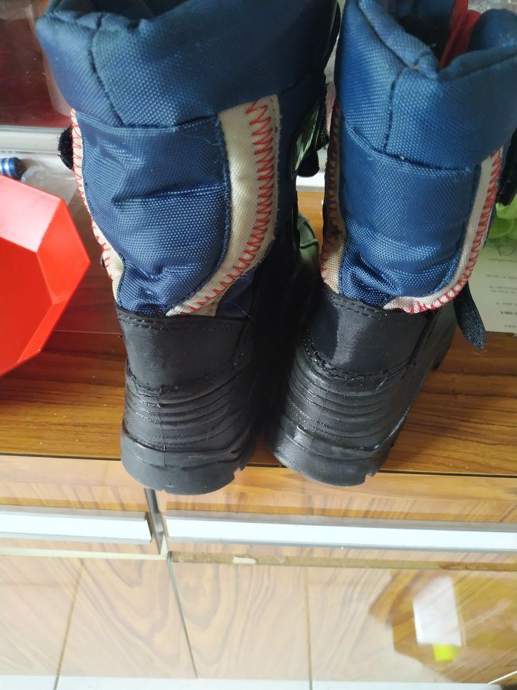 12€ botte taille 28 de couleur bleu et noir 12 Accolay (89)