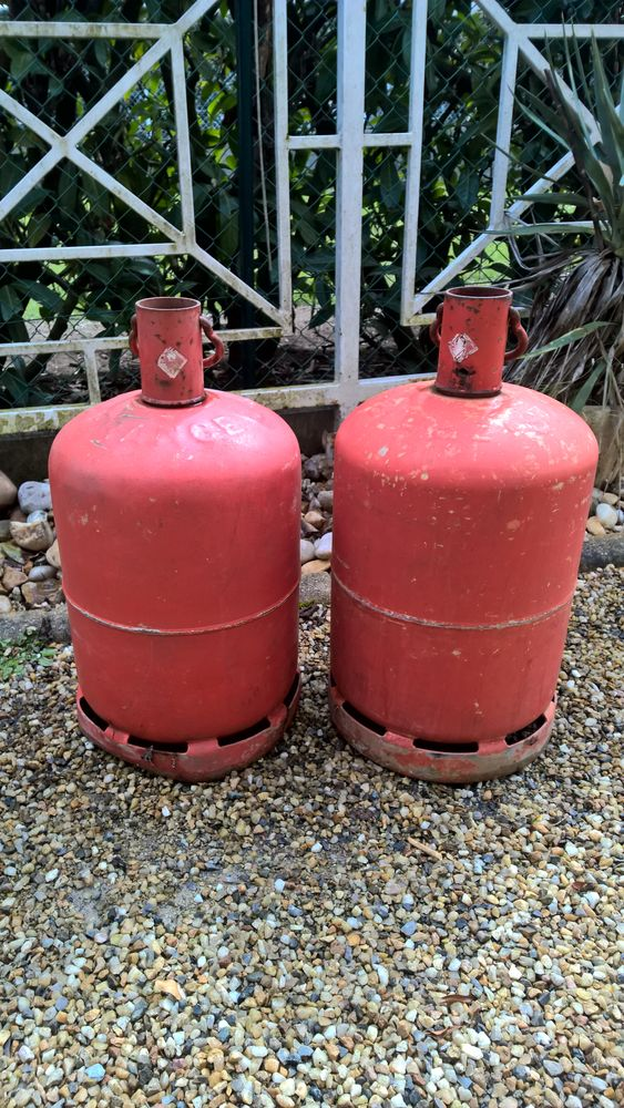 2 bouteilles gaz butane vides . 10 Trélissac (24)