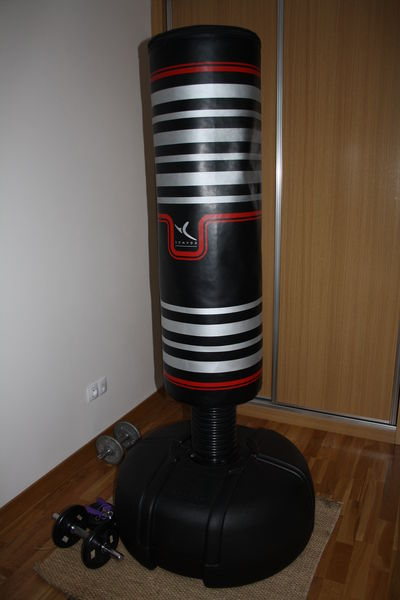 Sac de boxe / Boxing machine sur pied, quasi neuf.  165 Hendaye (64)
