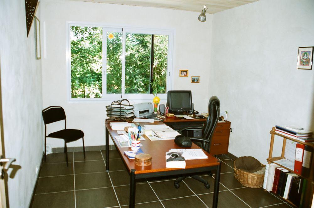 Bureau avec 2 chaises et des accessoires  80 Brandonnet (12)