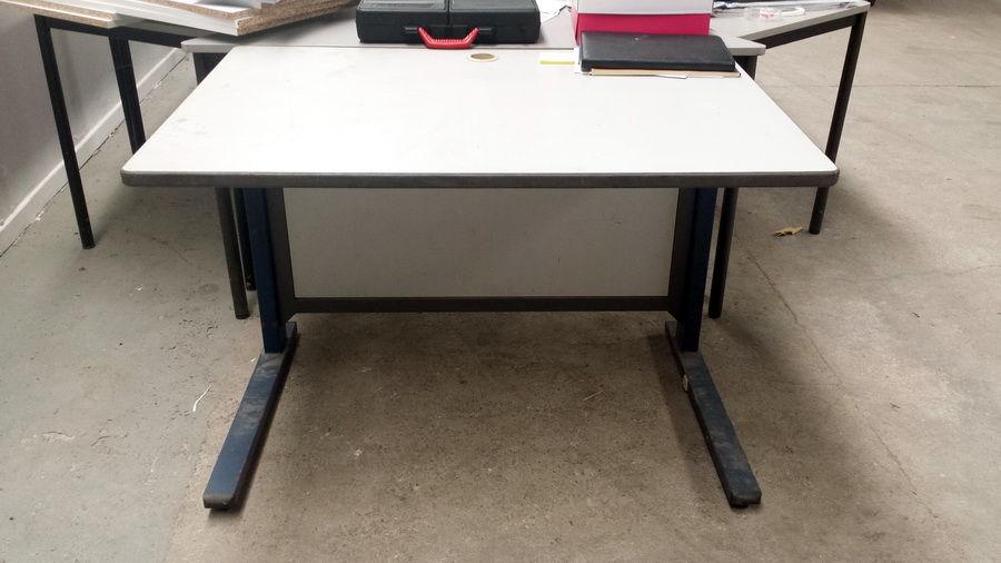Bureau avec ouverture sur plateau pour fils de PC Meubles