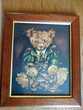 Cadre en bois représentant un ours sous verre.