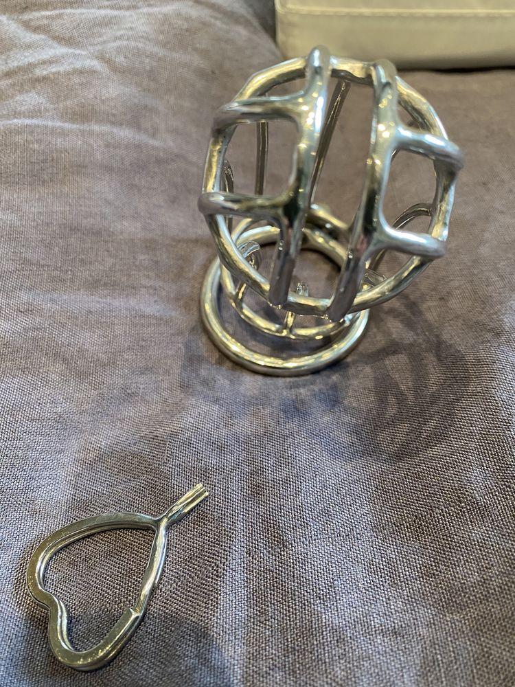 cage de chasteté fait main par la boutique Aken Red chili. 265 Lille (59)