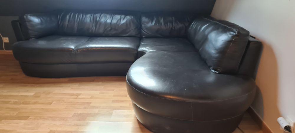 Canapé  d'angle en cuir très bon état.  A prendre sur sens . 350 Paron (89)