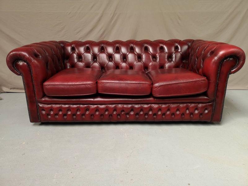 Canapé chesterfield cuir rouge trois places 1400 Guécélard (72)
