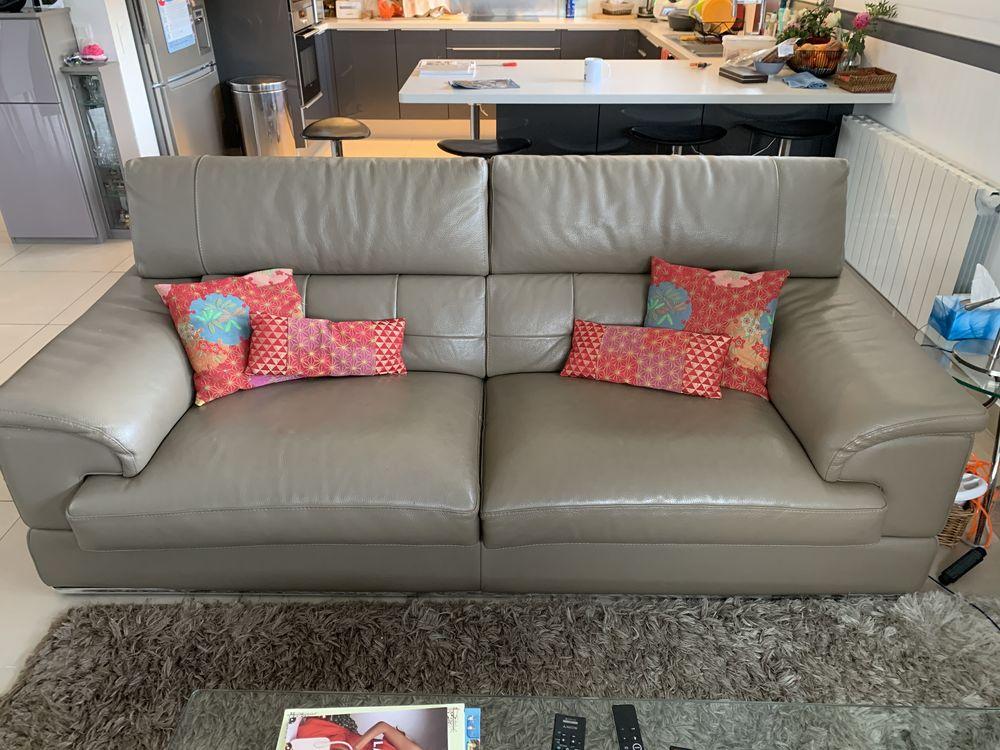 Canapé cuir haut de gamme 3 places taupe avec pouf 950 Fourqueux (78)