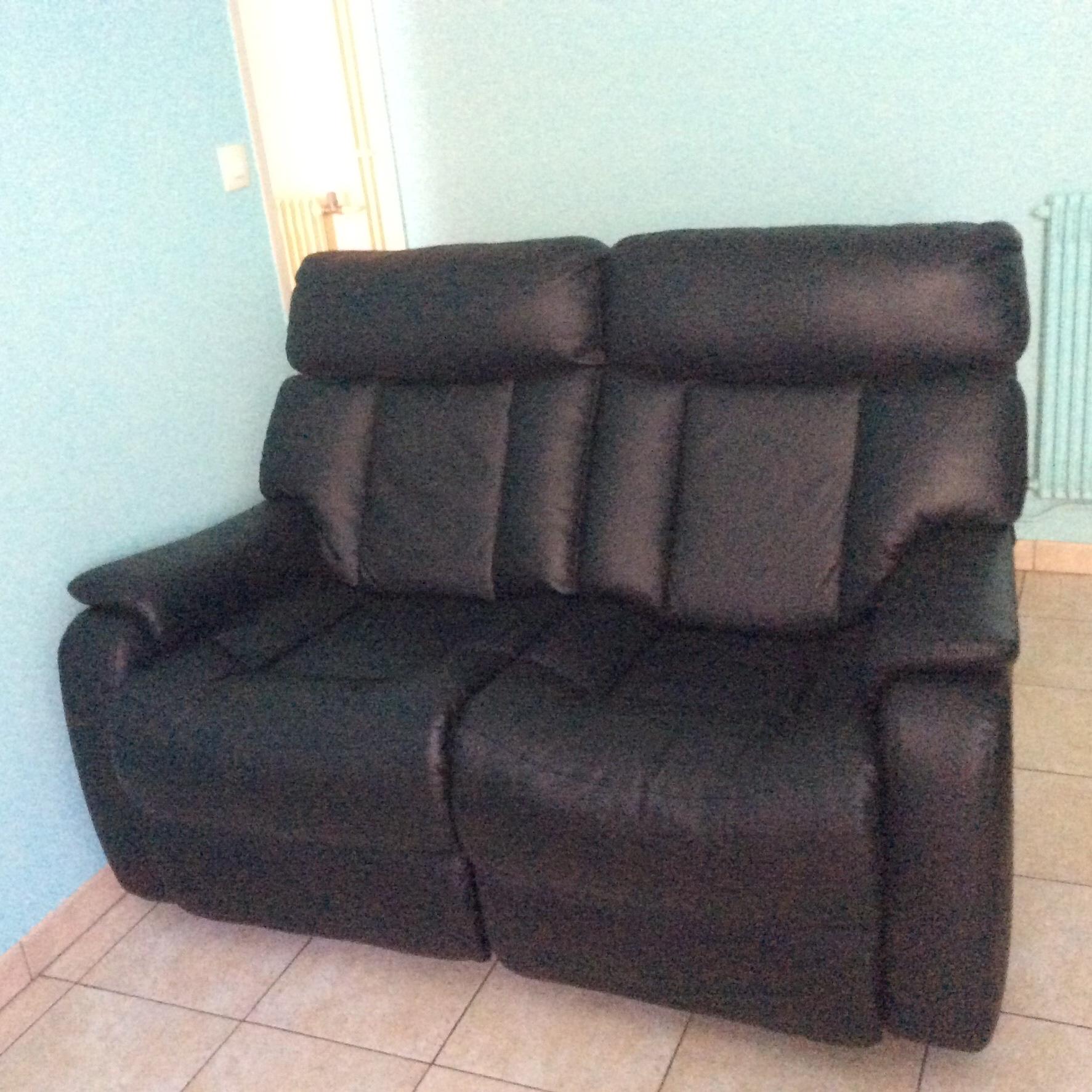 canapé en cuir noir deux places très bon etat systeme mécanique permettant d?allonger les jambes .Tres confortable. 200 Libourne (33)