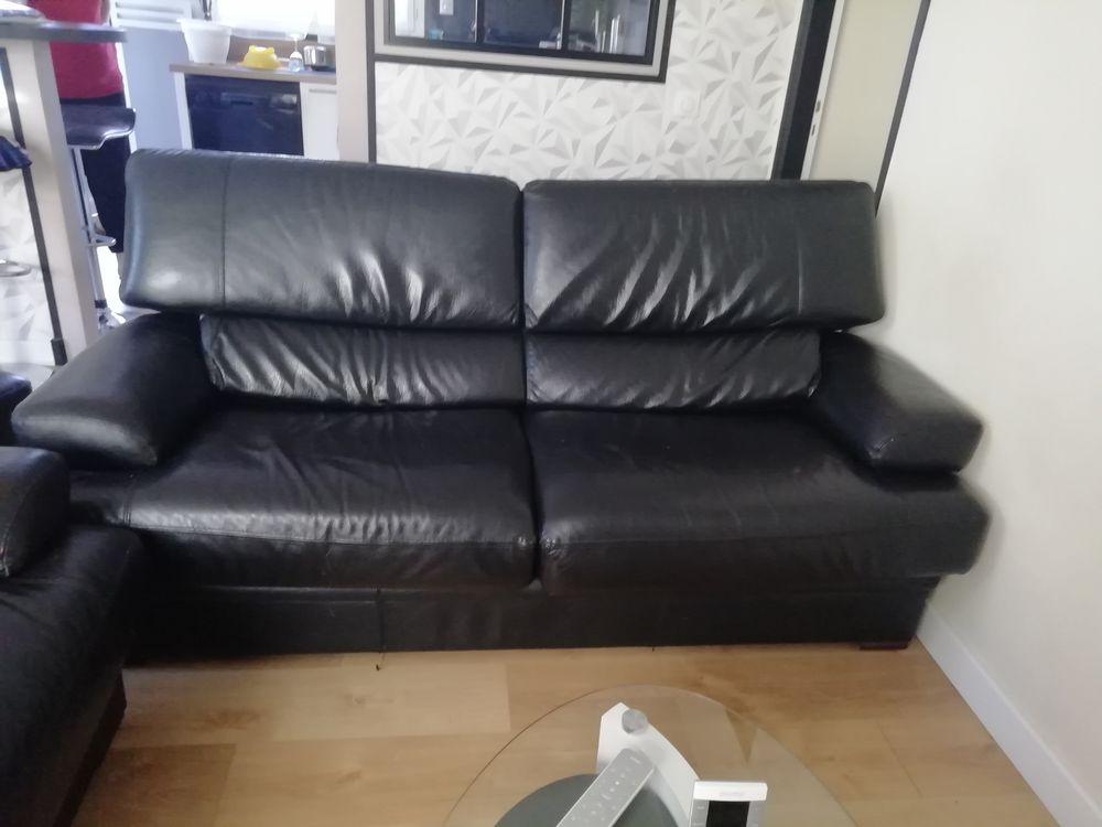 Ens. canapé cuir noir 3 places et 2 places avec pouf en cuir 250 Sanguinet (40)