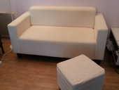 Canapé 2 places blanc et son repose pieds carré.  18 Chaville (92)