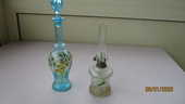 Lot carafe bleue + lampe pétrol à motifs fleurs... 20 Le Vernois (39)